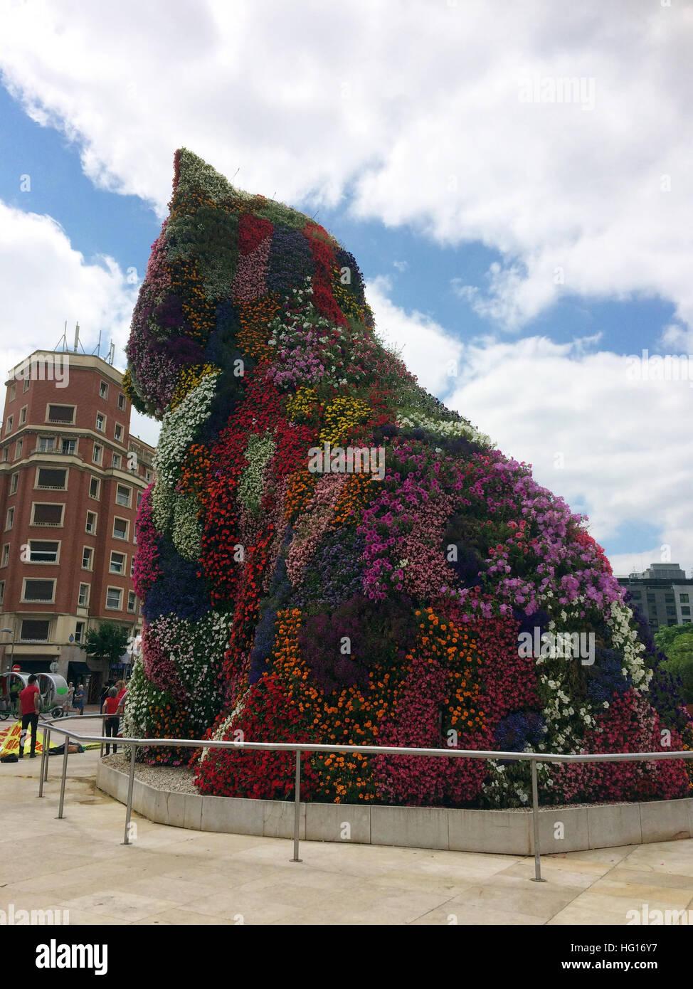 Bilbao, Spanien. 28th July, 2016. Eine Blumenskulptur steht am Eingang zum Guggenheim Museum in Bilbao (Spanien), Stock Photo