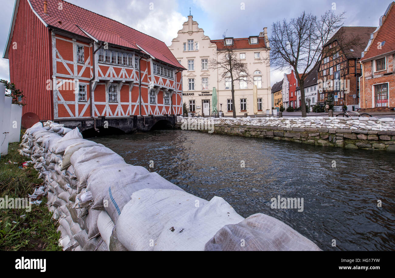 Wismar, Germany. 04th Jan, 2017. Houses and roads near the harbour are secured with sandbags ahead of the announced - Stock Image