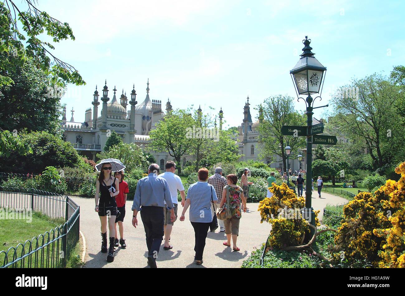 People enjoying the parks and gardens around Brighton Royal Pavilion. - Stock Image