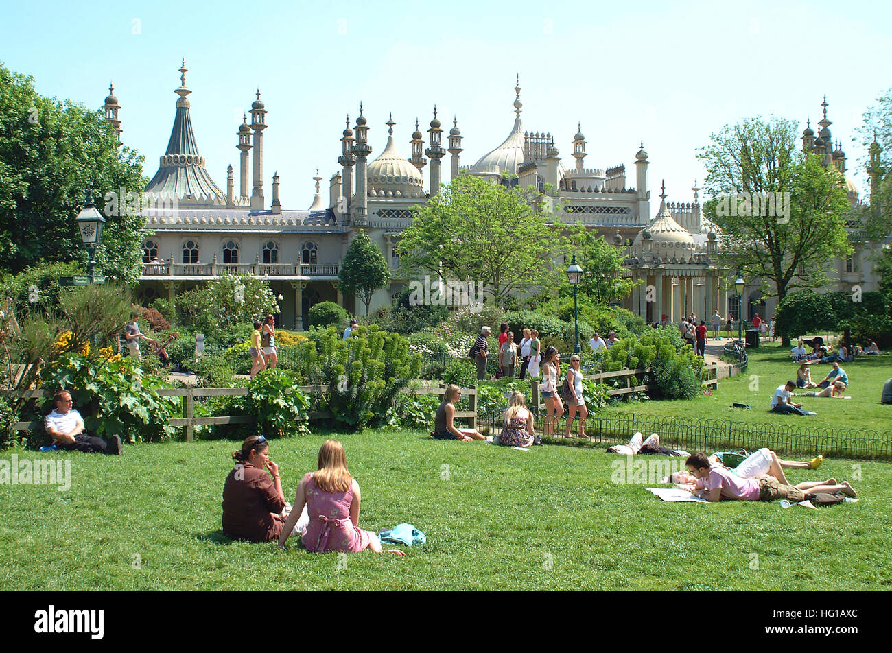 People relaxing in the parks and gardens around Brighton Royal Pavilion. - Stock Image