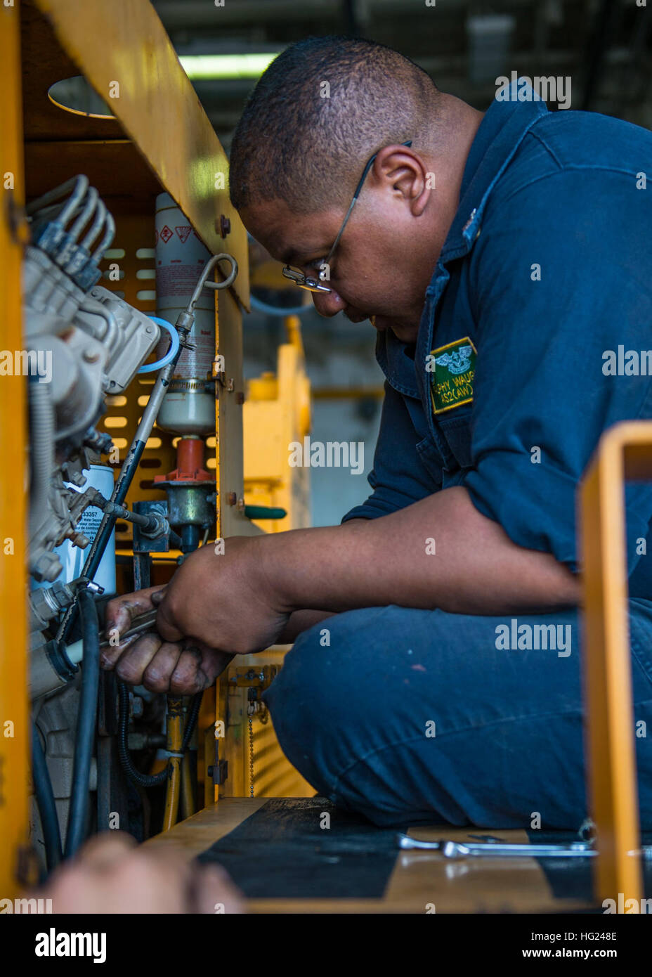 150205-N-EI510-006 PACIFIC OCEAN (Feb. 5, 2015) Aviation Support Equipment Technician 2nd Class Ralphy Waugh performs - Stock Image