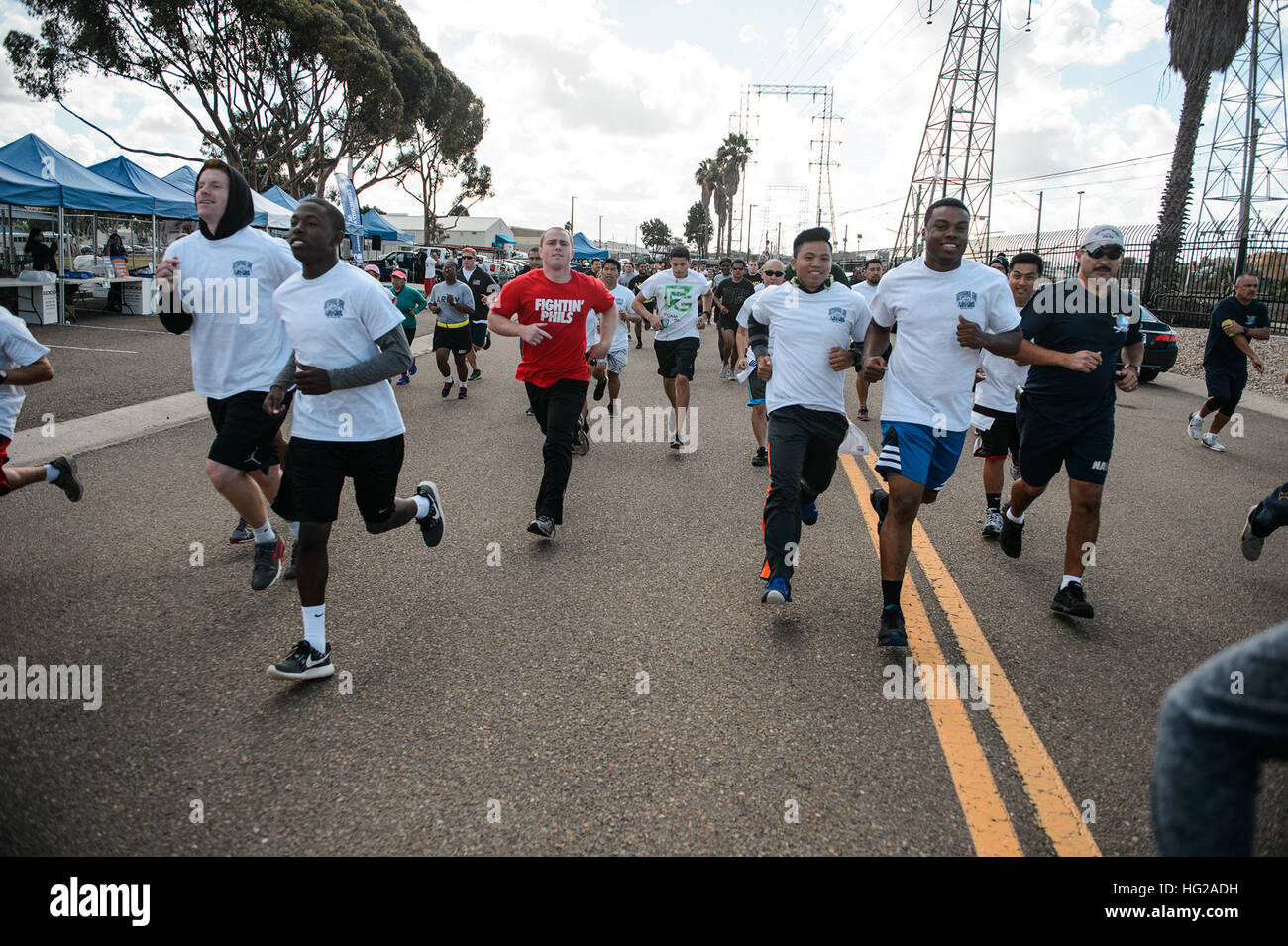 NAVAL BASE SAN DIEGO (Nov. 10, 2015)  Servicemembers, family and friends take part in a MWR Veterans Day run or - Stock Image