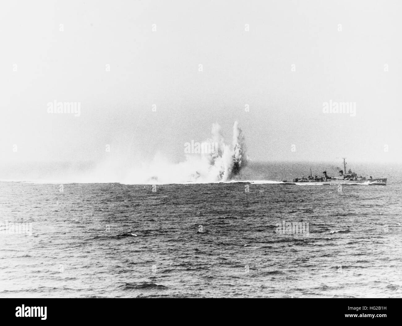 USS Norris (DD-859) drops depth charges in April 1950 - Stock Image