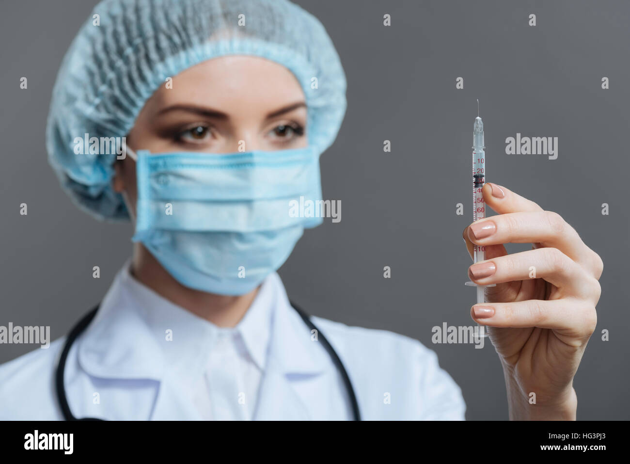 Female doctor preparing to make the injection - Stock Image