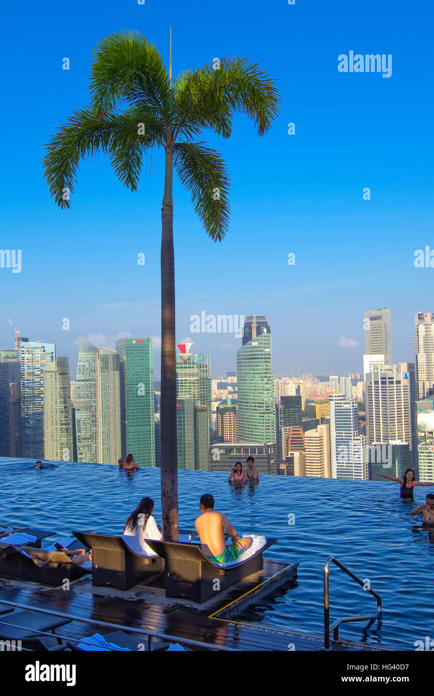 The swimming pool at the Marina Bay Sands SkyPark. Singapore - Stock Image