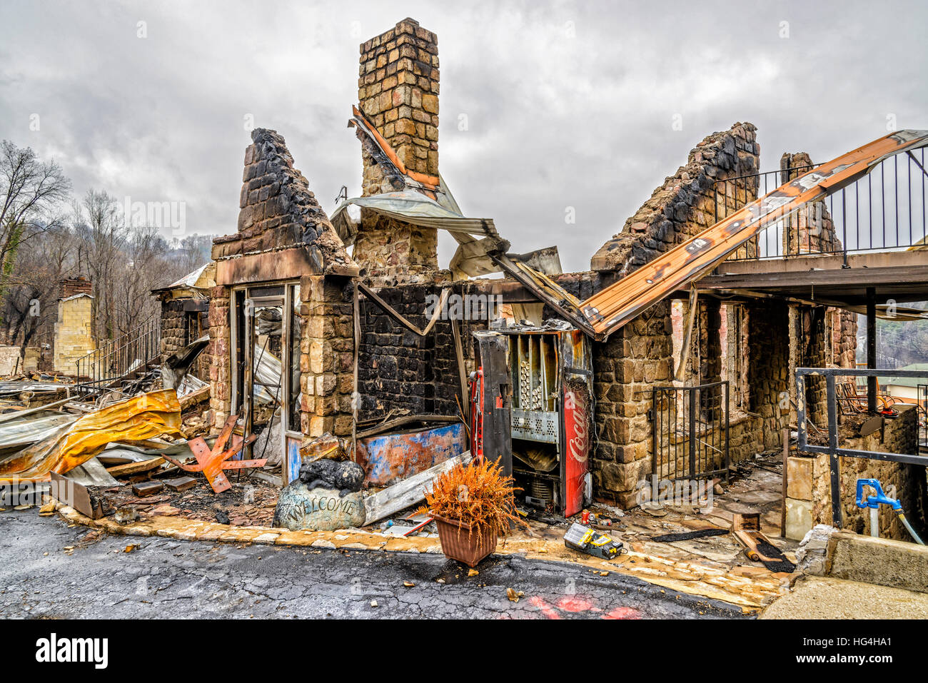 GATLINBURG, TENNESSEE/USA - DECEMBER 14, 2016: Only the shell of a motel office remains after being destroyed by - Stock Image