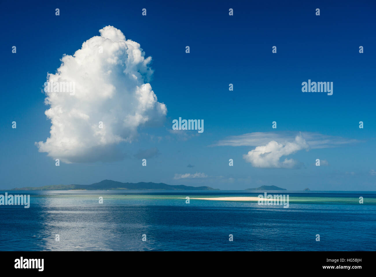 Sand bank in the flat ocean, Mamanuca Islands, Fiji, South Pacific - Stock Image