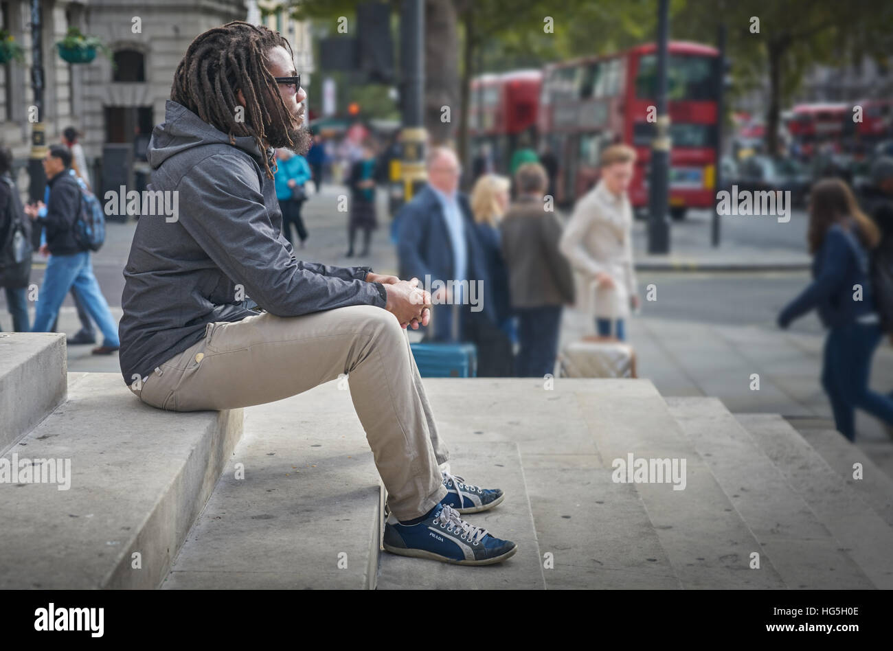 black man.  Man contemplating.   dreadlocks.  rastafarian.   Alone in the city. - Stock Image