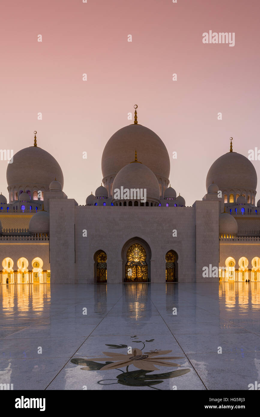 Sheikh Zayed Mosque at sunset, Abu Dhabi, United Arab Emirates - Stock Image