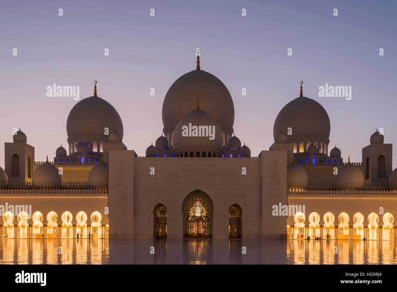 Sheikh Zayed Mosque at twilight, Abu Dhabi, United Arab Emirates - Stock Image