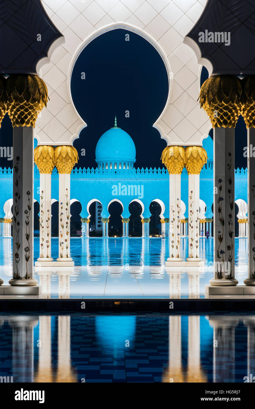 Night view of the inner courtyard of the Sheikh Zayed Mosque, Abu Dhabi, United Arab Emirates - Stock Image