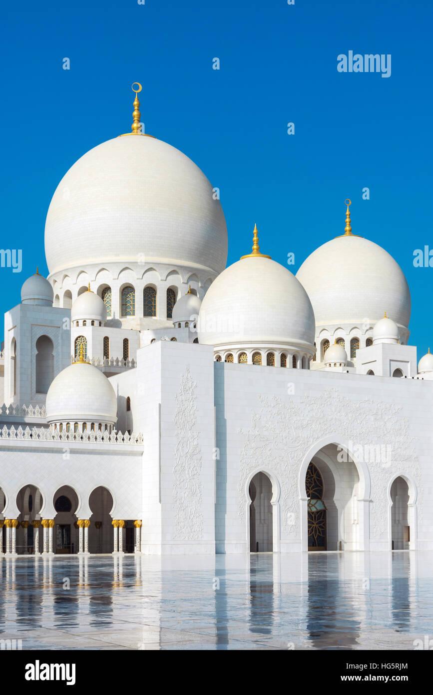 Inner courtyard of the Sheikh Zayed Mosque, Abu Dhabi, United Arab Emirates - Stock Image