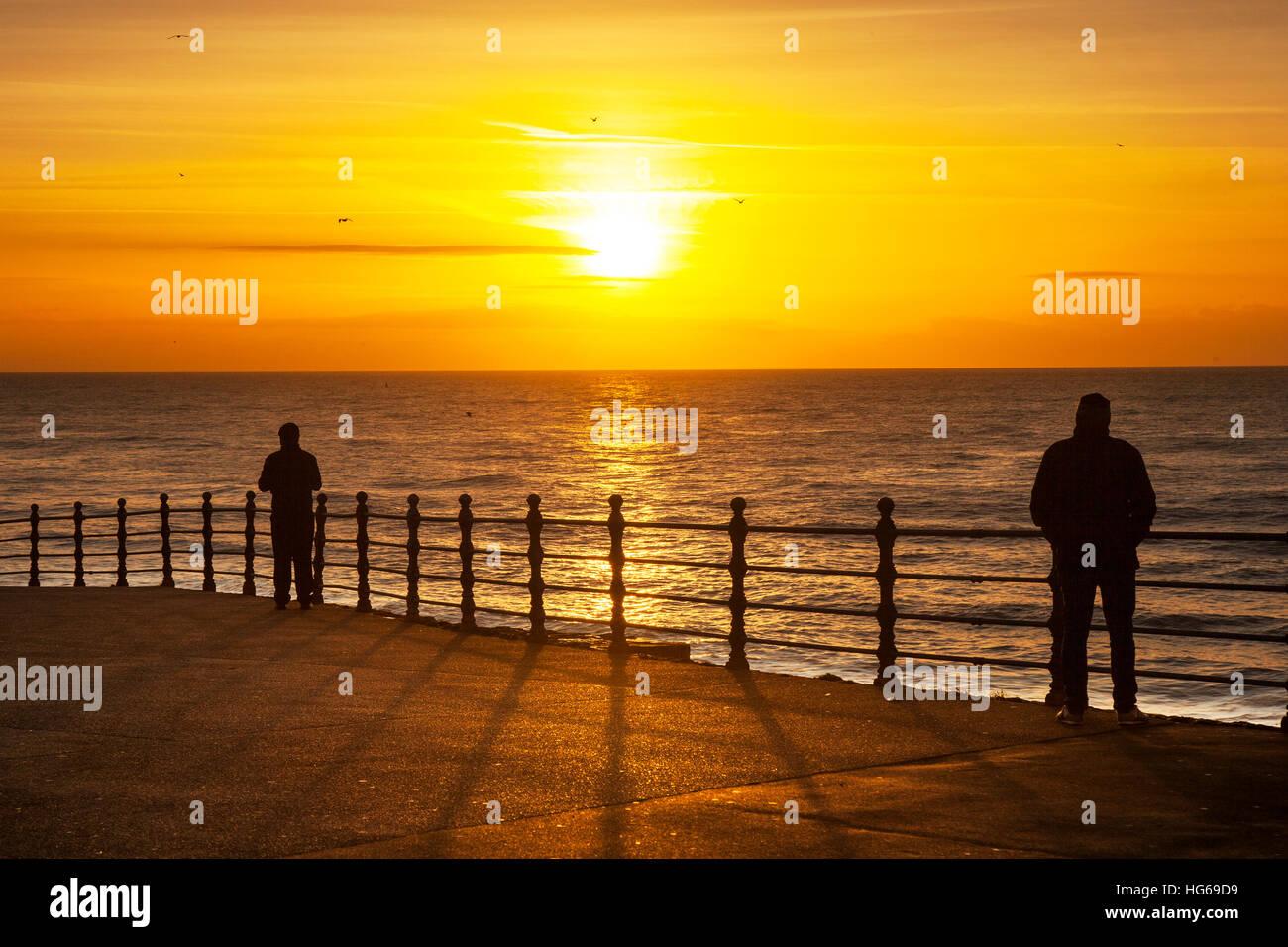 Blackpool, Lancashire, UK. Uk Weather. 4th January, 2017. People enjoying the Sunset at Blackpool, as the sun sets - Stock Image