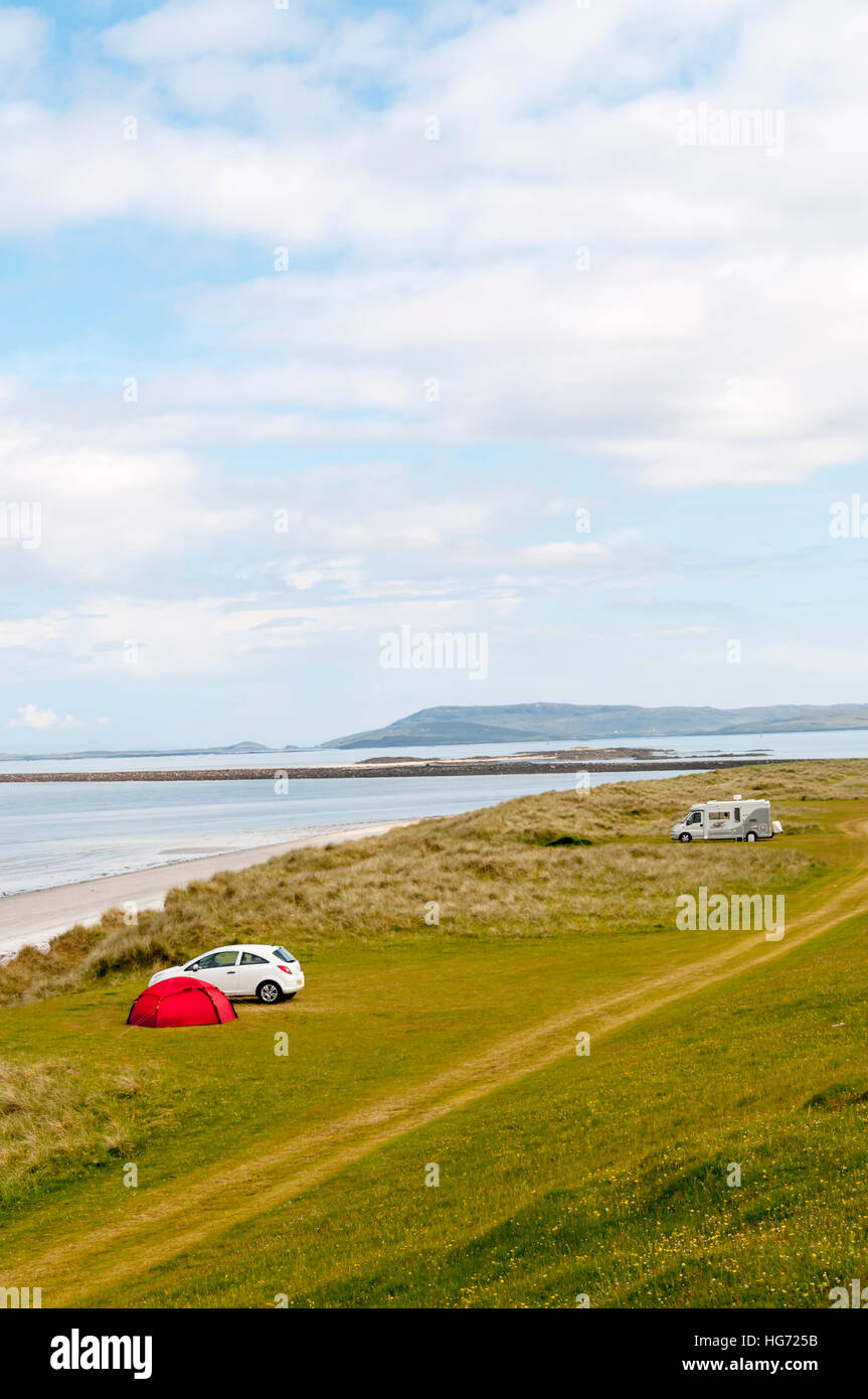Camping on the machair behind East Beach on the island of Berneray in the Outer Hebrides. - Stock Image