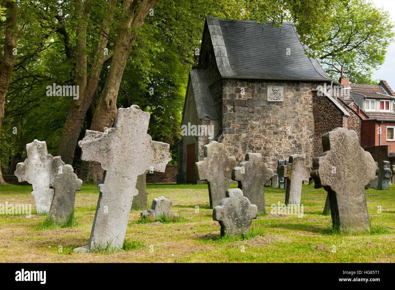 Deutschland, NRW, Städteregion Aachen, Alsdorf, steinernen Grabkreuze in der Nähe der Burg, bei der Kriegergedächtniskapelle. Diese ist ein Rest der ä Stock Photo