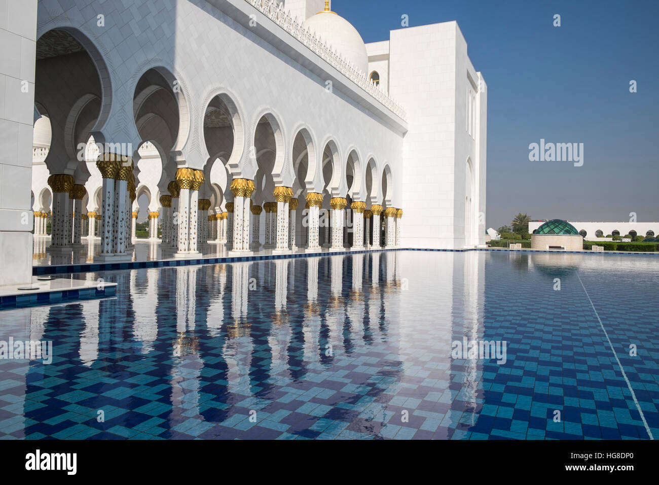 Reflecting pool at Sheikh Zayed Mosque against clear blue sky - Stock Image