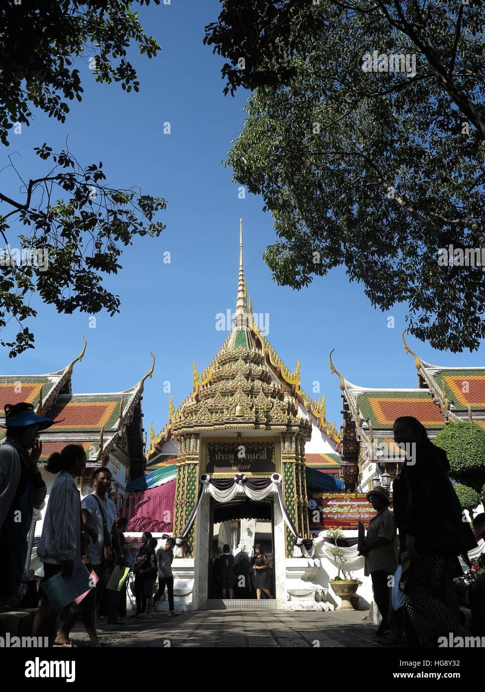 That gate to the prayer hall of Wat Rakhang Khositaram, Bangkok. - Stock Image