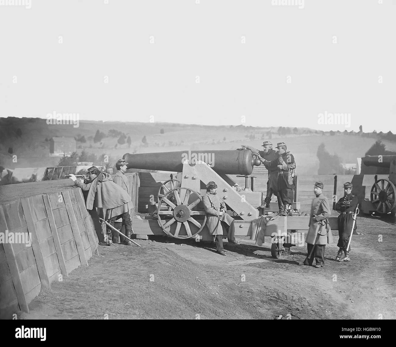 Officers operating a cannon at Fort Tennalytown during American Civil War. - Stock Image