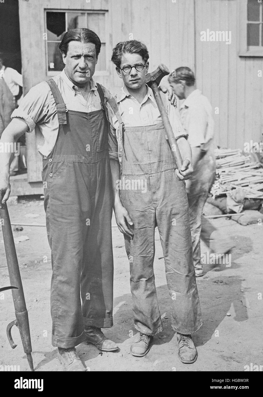 Father and son working in the shipbuilding yards, Connecticut, 1918. - Stock Image