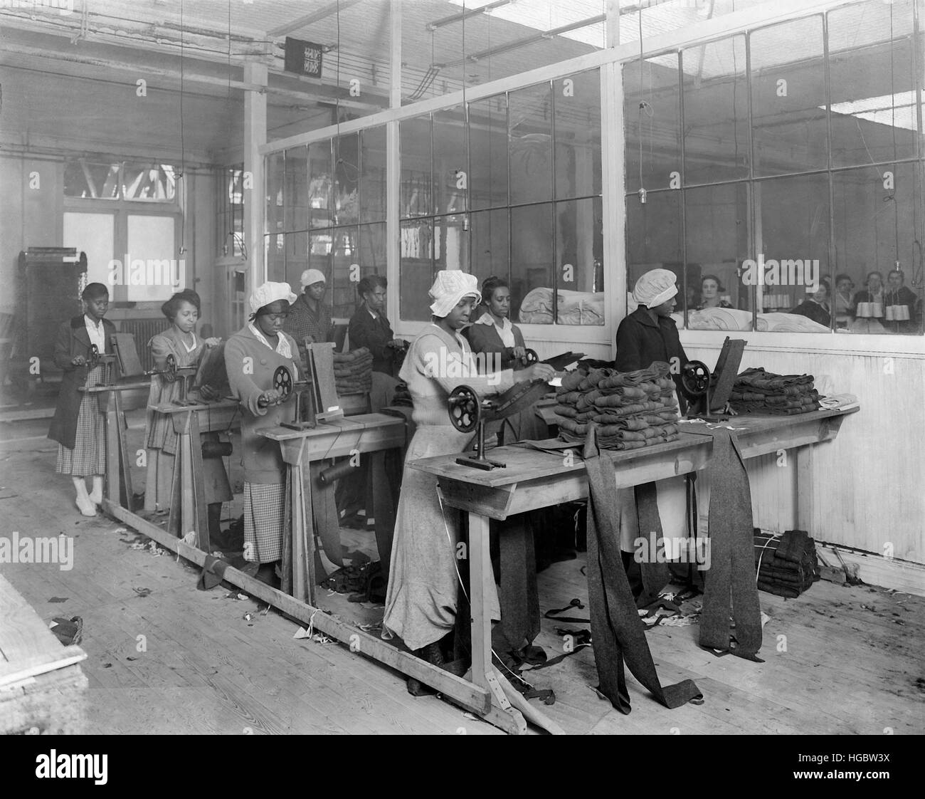 African-American women manufacturing spiral puttees, 1918. - Stock Image