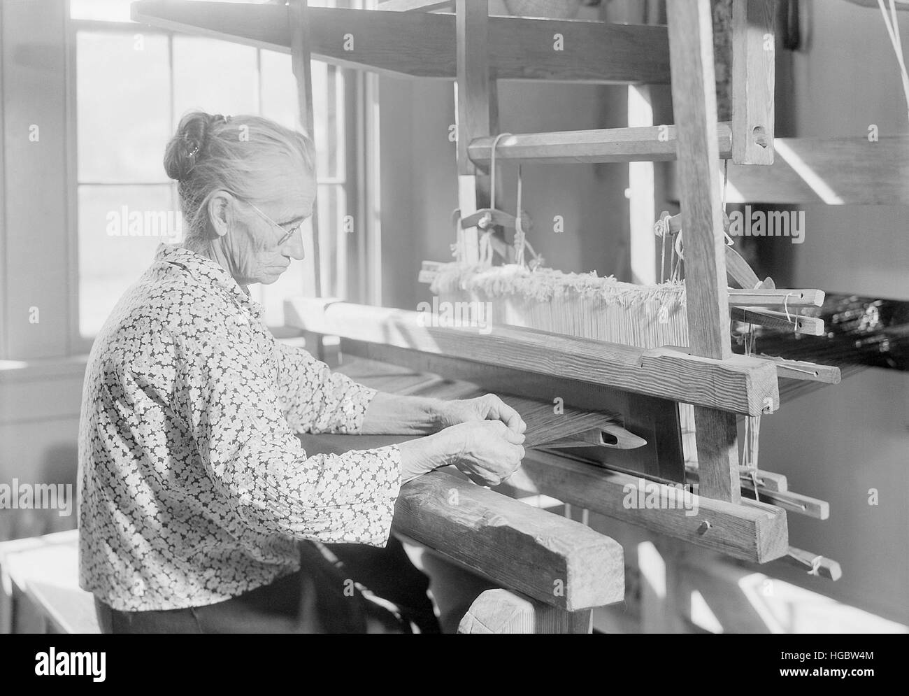 Woman weaving old-fashioned jean, Tennessee, 1933. - Stock Image