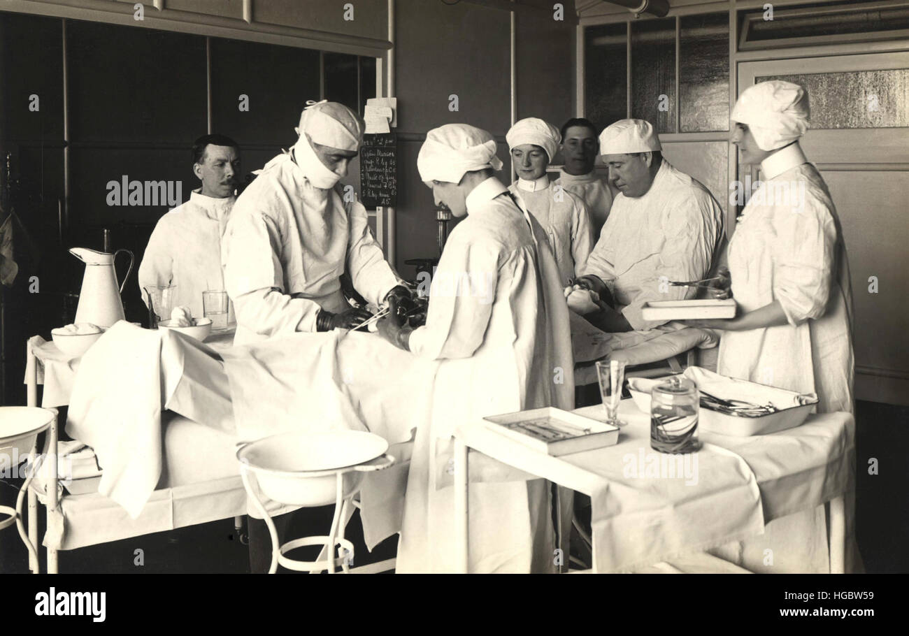 Doctors operating on a patient at King George Military Hospital, London, 1915. - Stock Image