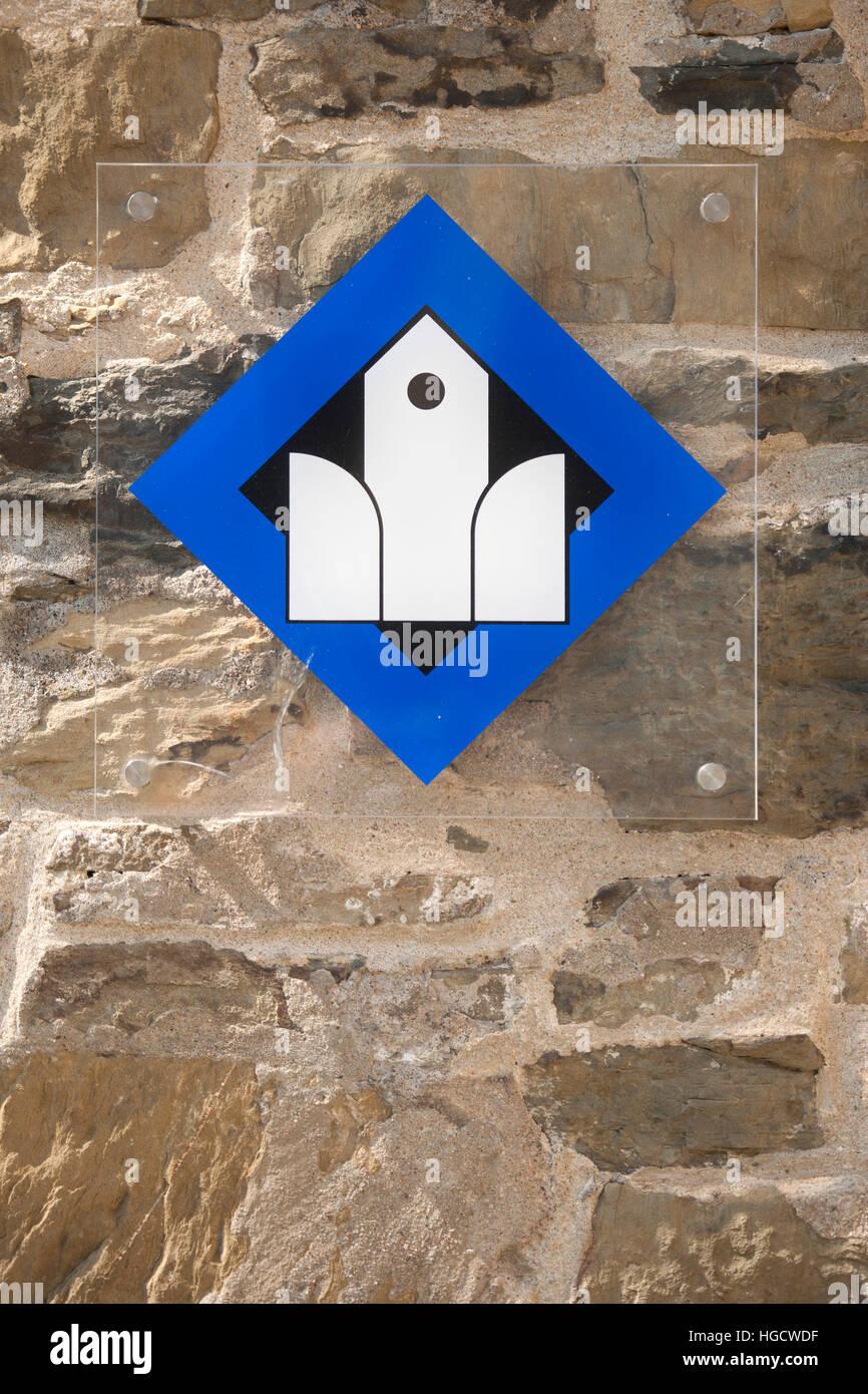 Deutschland, Nordrhein-Westfalen, Ennepe-Ruhr-Kreis, Hansestadt Breckerfeld, Zeichen an der evangelischen Jakobuskirche - Stock Image