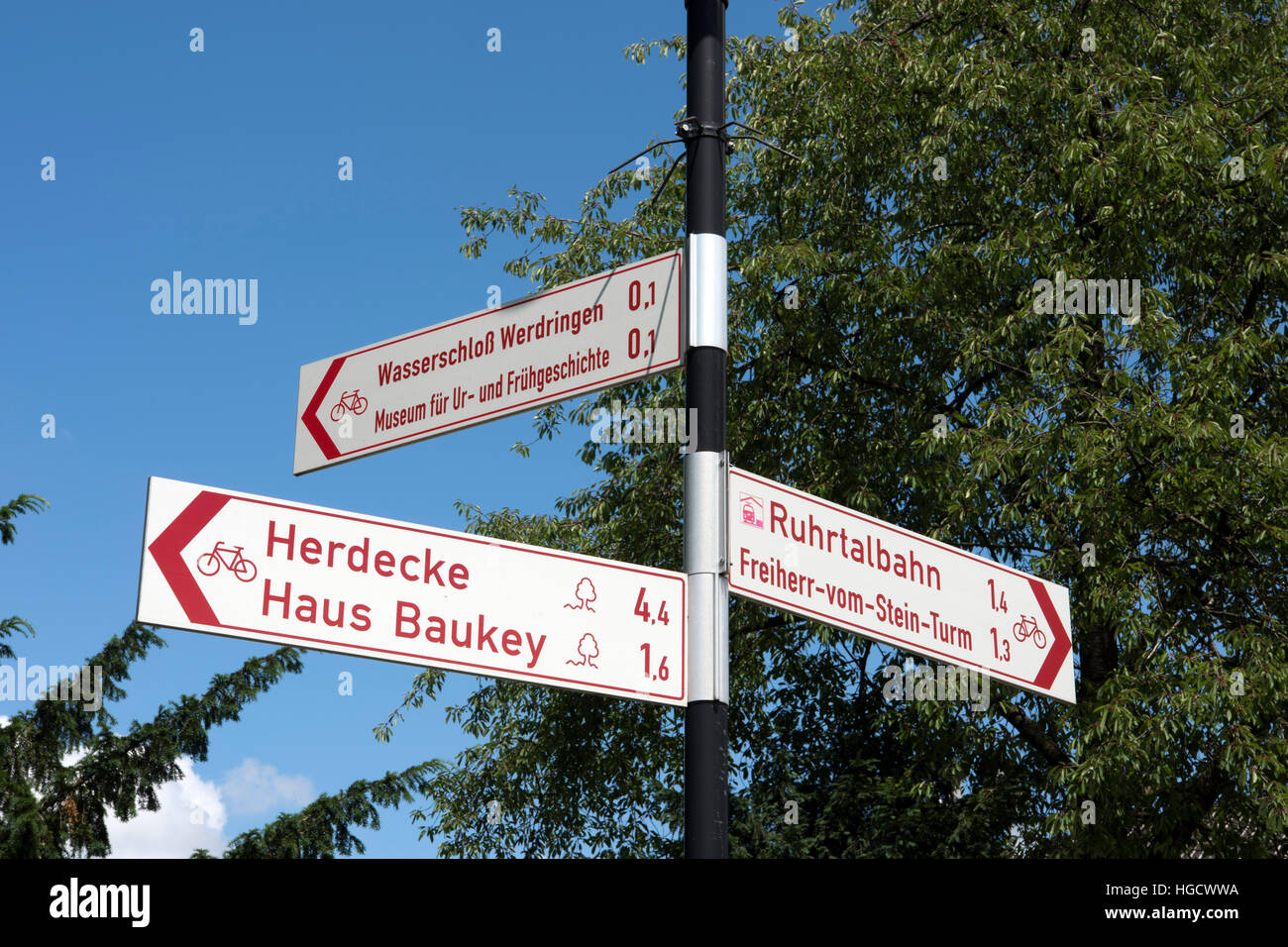 Deutschland, Nordrhein-Westfalen, Hagen, Radwegweiser beim Wasserschloss Werdringen - Stock Image