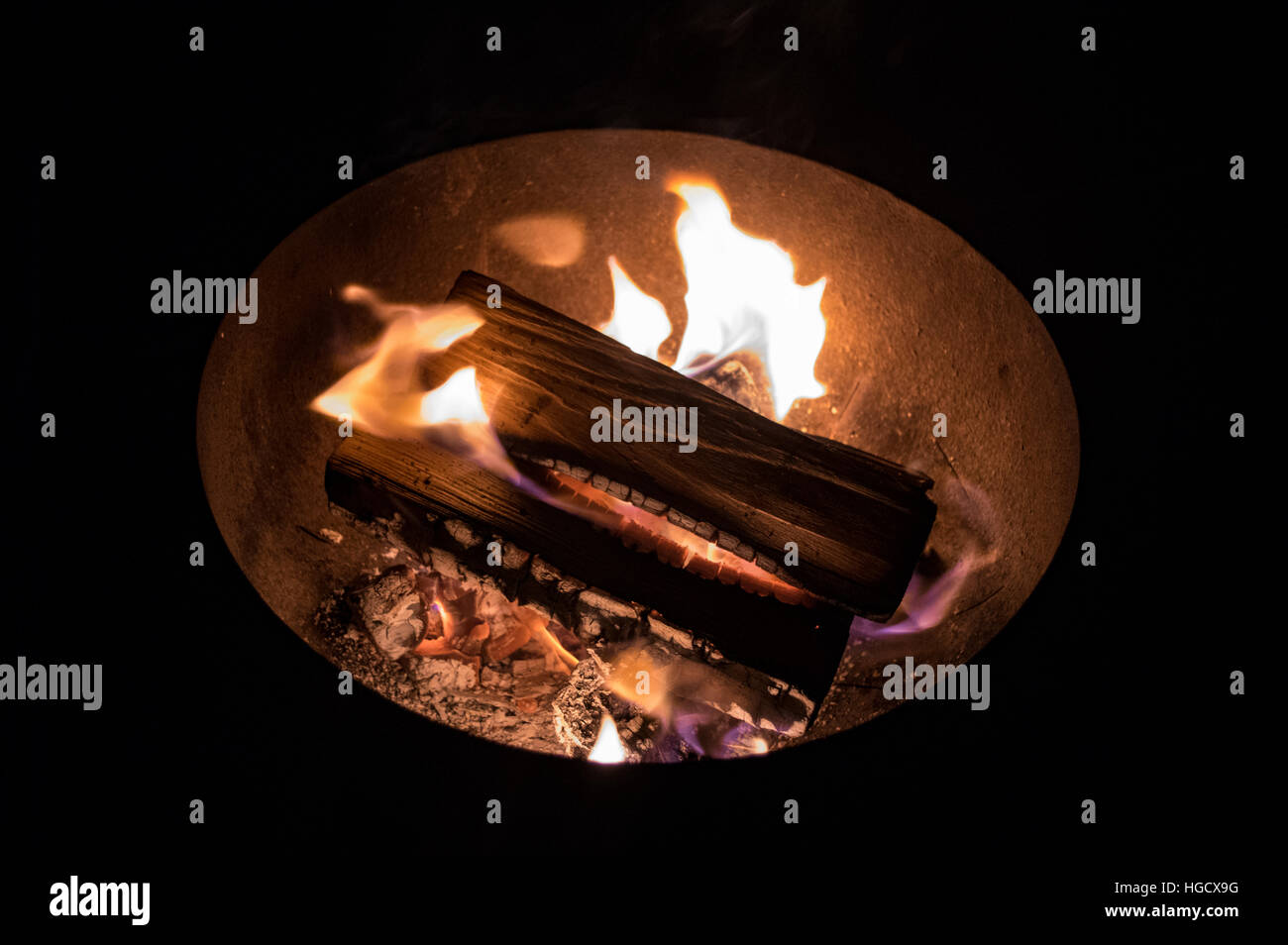 Wood fire burning in bowl, - Stock Image