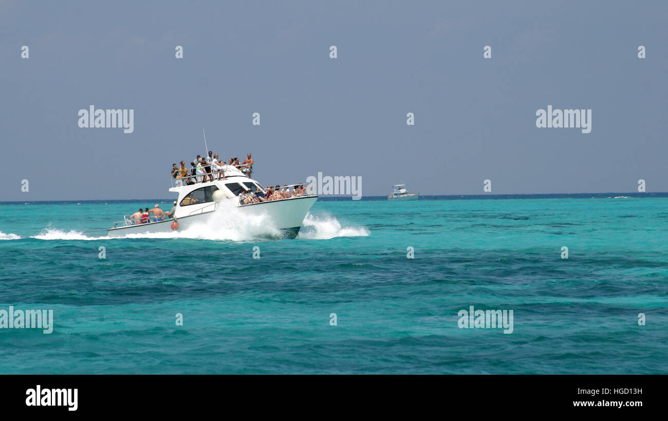Crowed tour boat - Stock Image