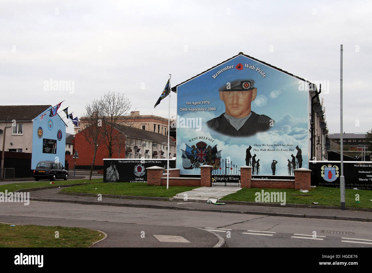 Black cab mural tour to the Shankill Road in west Belfast - Stock Image