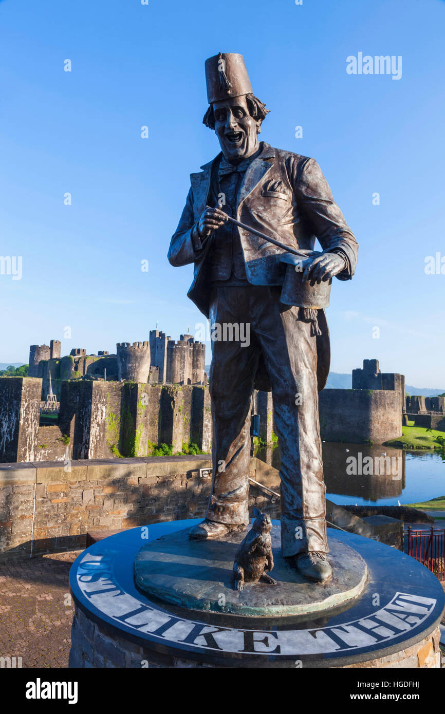 Wales, Glamorgon, Caerphilly, Statue of Comedian and Magician Tommy Cooper and Caerphilly Castle - Stock Image