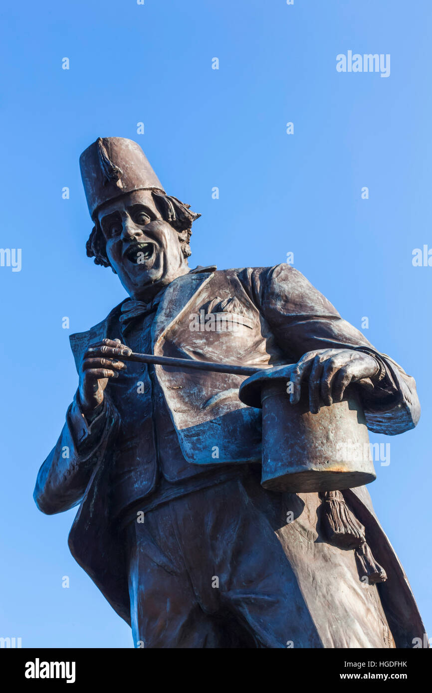 Wales, Glamorgon, Caerphilly, Statue of Comedian and Magician Tommy Cooper - Stock Image