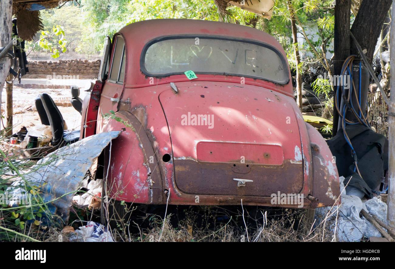 Abandoned old car Goa India Stock Photo: 130610827 - Alamy
