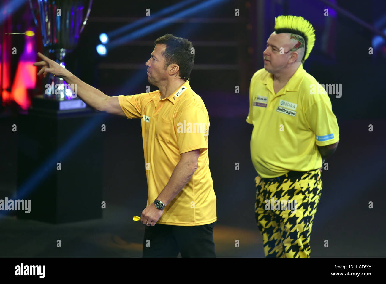 Scottish darts pro Peter Wright and soccer player Fußballer Lothar Matthaeus (l) in action during the 'Promi - Stock Image