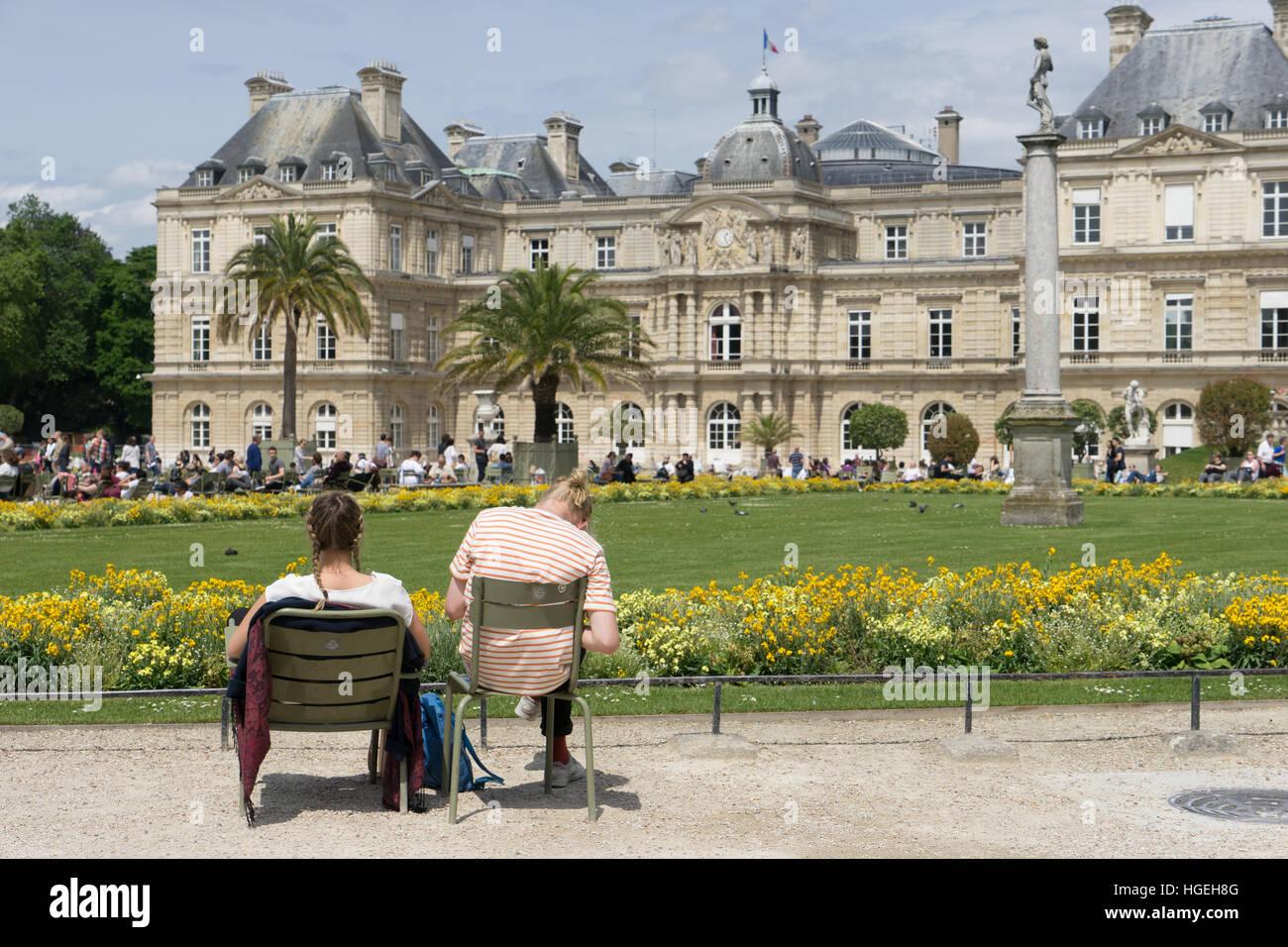 People enjoying the sun in Jardin du Luxembourg, Paris, France - Stock Image