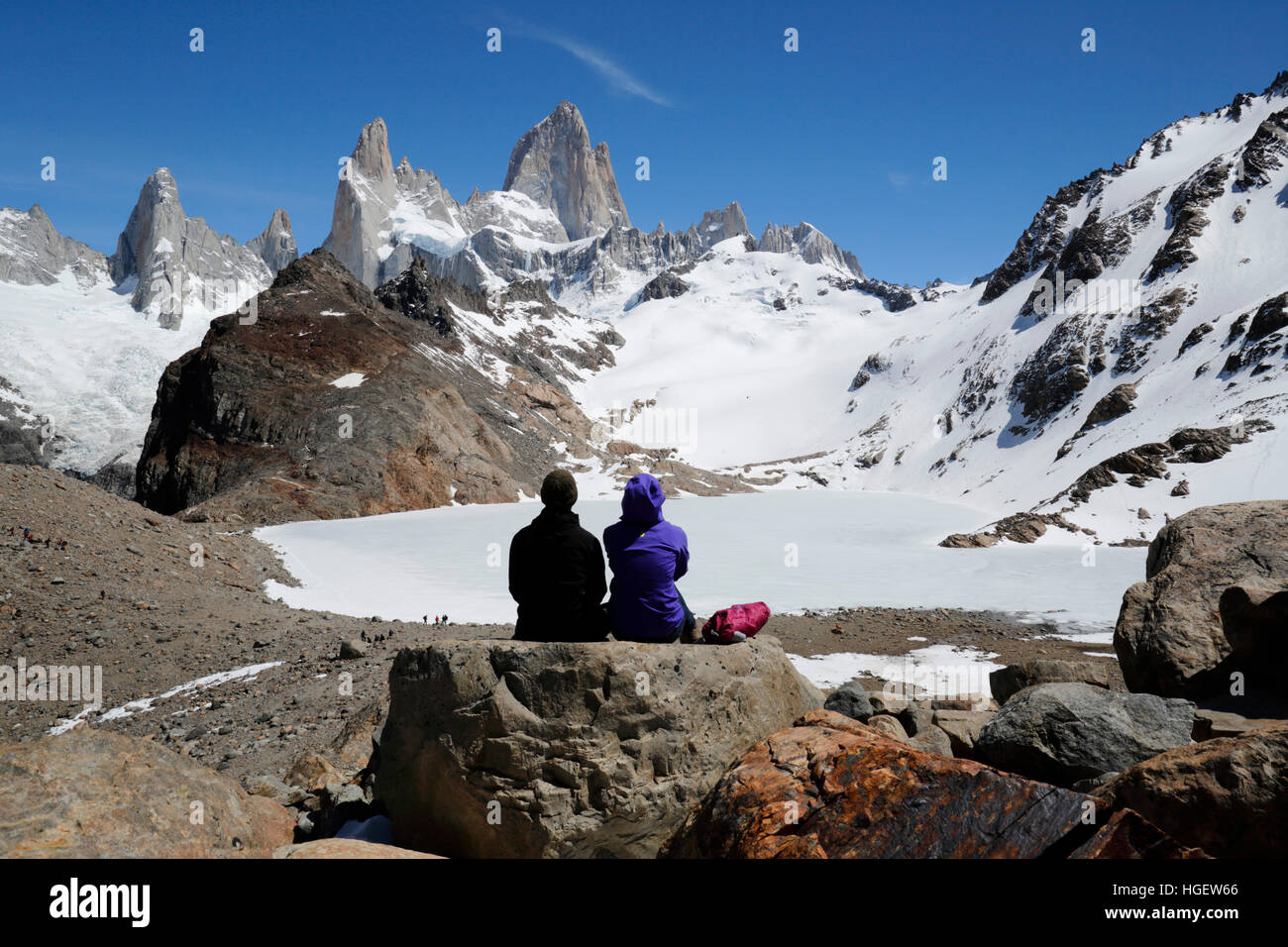 Hikers above Laguna de los Tres with view of Mount Fitz Roy, El Chalten, Patagonia, Argentina, South America - Stock Image