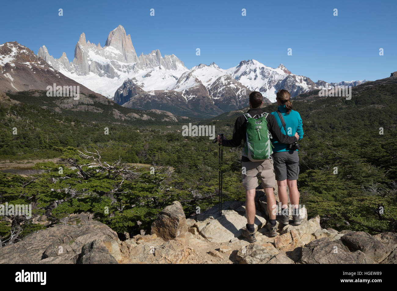 Hikers viewing Mount Fitz Roy on Laguna de Los Tres trail, El Chalten, Patagonia, Argentina, South America - Stock Image