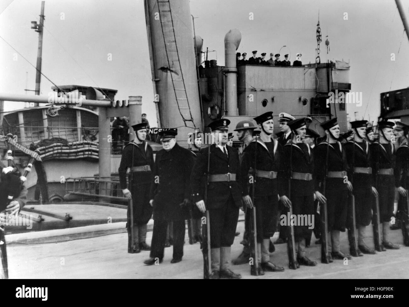 Churchill reviews sailors aboard a Royal Navy warship 1943 - Stock Image