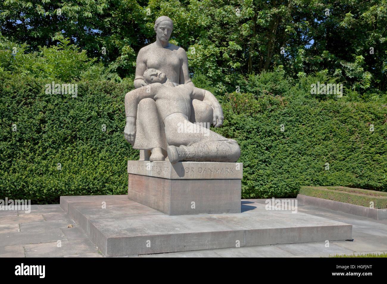 Monument 'For Denmark / The mother with the slain son' commemorating fallen resistance men. Ryvangen Memorial - Stock Image