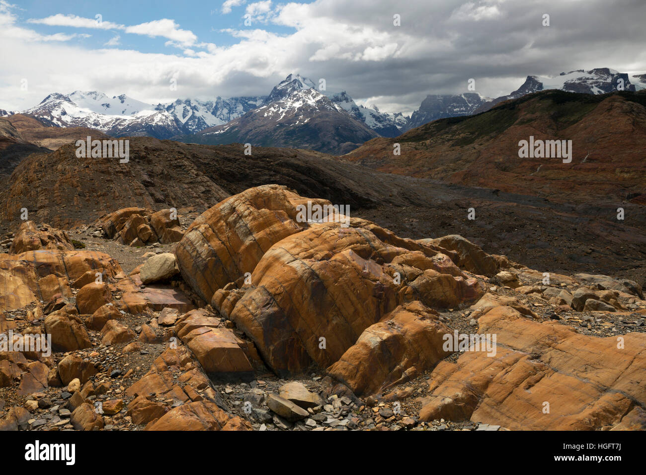 Red rocks and Andes mountains, Estancia Cristina, Lago Argentino, El Calafate, Parque Nacional Los Glaciares, Patagonia, - Stock Image