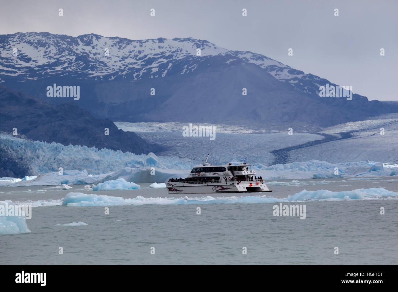 Sightseeing boat at Upsala Glacier on Lago Argentino, El Calafate, Parque Nacional Los Glaciares, Patagonia, Argentina, - Stock Image