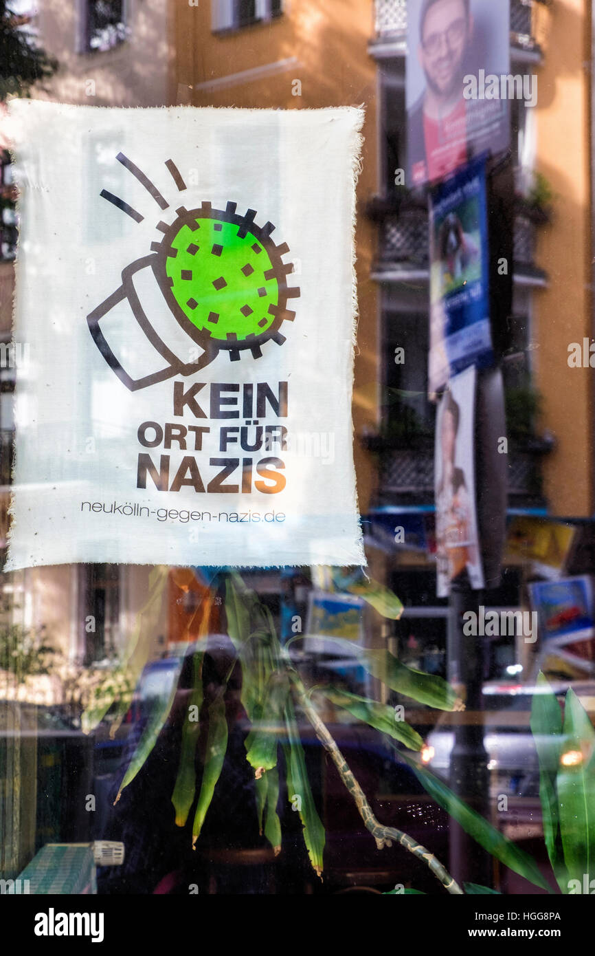 Germany, Berlin, Neukölln.Kein Ort für Nazis, No Place for Nazis, sign in shop window in Village Rixdorf - Stock Image