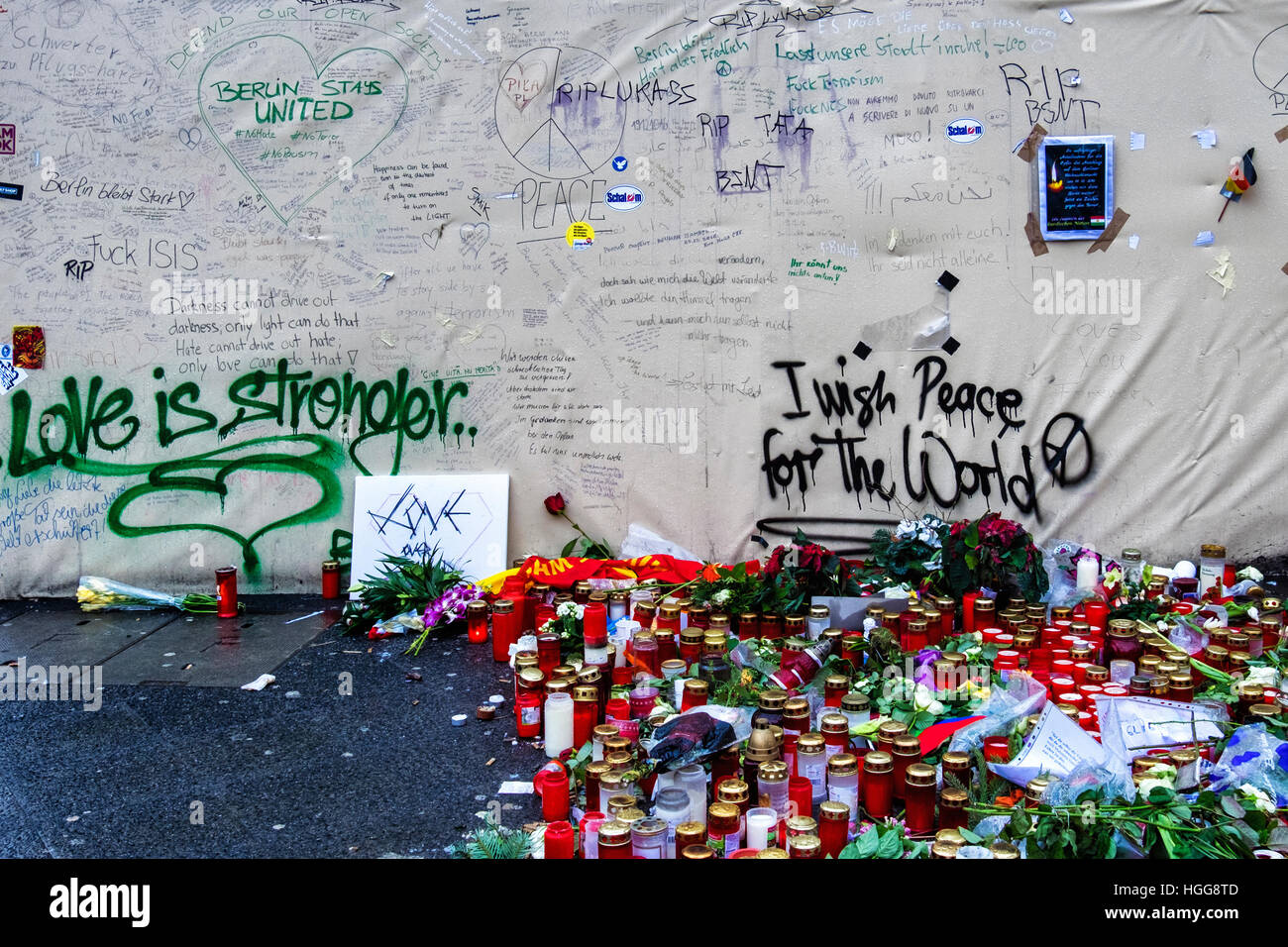 Memorial, candles, flowers & messages for victims of terrorist attack at German Christmas Market, Breitscheidplatz, - Stock Image