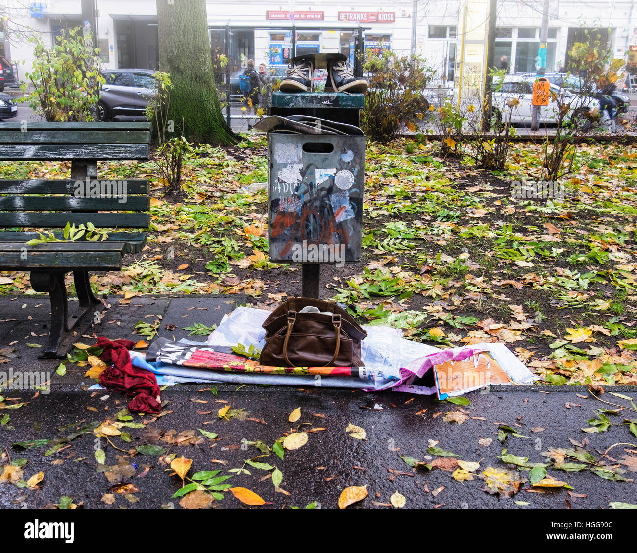 Berlin, Mitte.Volkspark am Weinberg. Overflowing trash can with dumped shoes and bag in Autumn - Stock Image