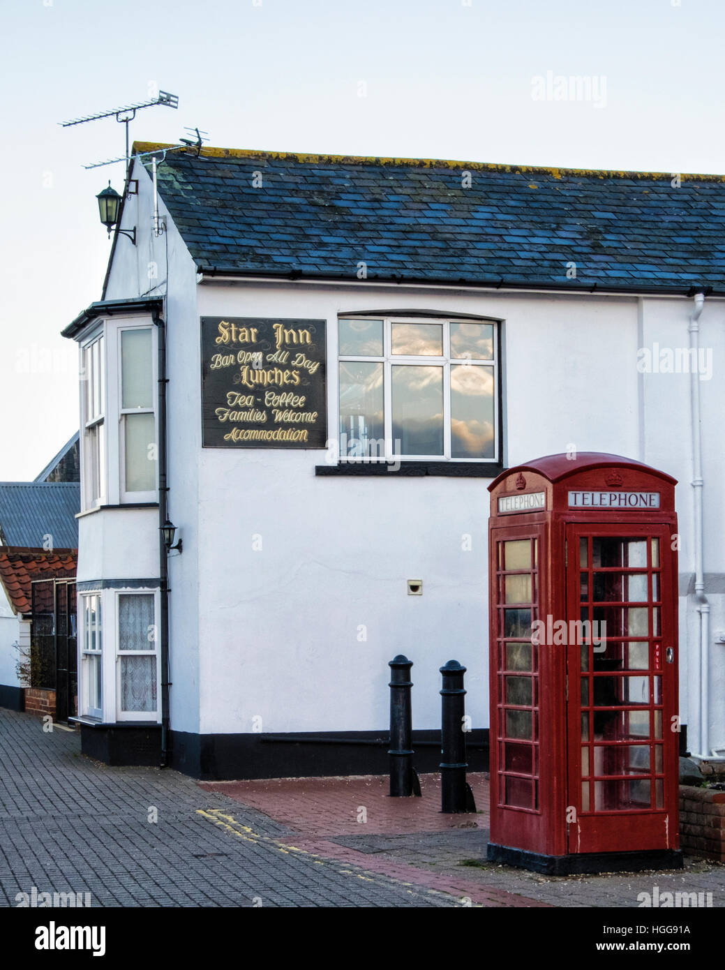Burnham on Crouch,Essex. Star Inn pub & old red telephone box at Riverside village & holiday resort on tidal - Stock Image
