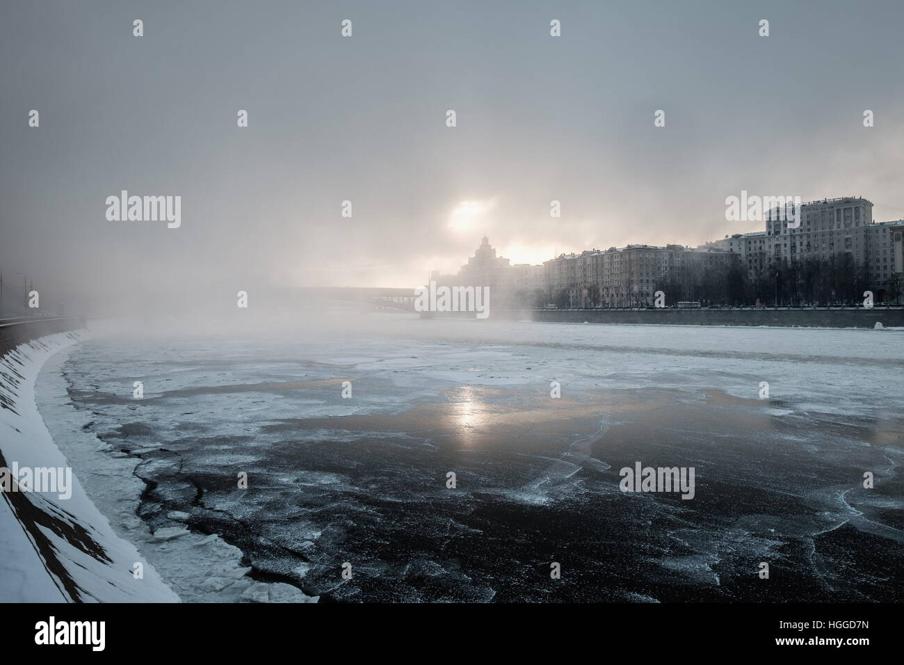 Moscow, Russia. 9th Jan, 2017. A view of the Moskva River ice-bound as frost hits the city. © Stoyan Vassev/TASS/Alamy Stock Photo