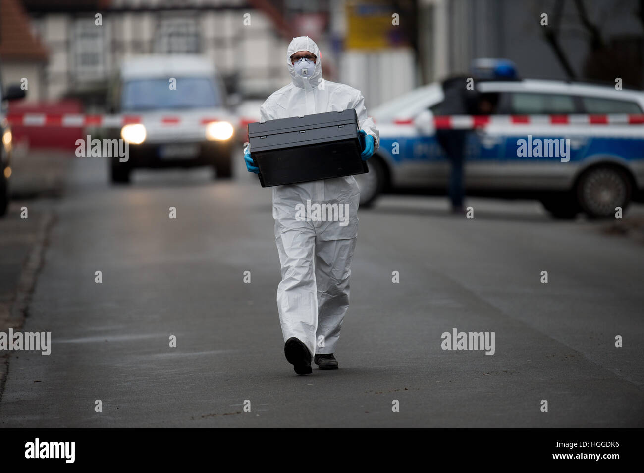An officer of the crime scene unit at work in Visselhoevede, Germany, 9 January 2017. A 46-year-old man was badly - Stock Image