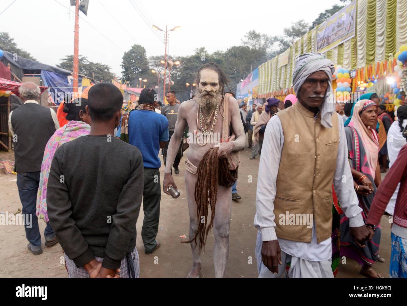 Kolkata, India. 10th Jan, 2017. Sadhu or Hindu Holy man walks holding his long hair at Kolkata Trabsit camp. Pilgrims Stock Photo