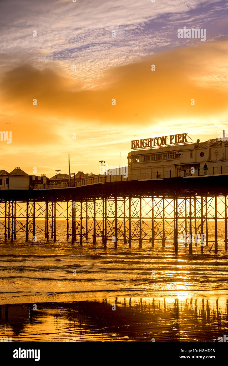 Brighton, UK. 10th January, 2017. Sunset on Brighton seafront this afternoon. Credit: Andrew Hasson/Alamy Live News Stock Photo
